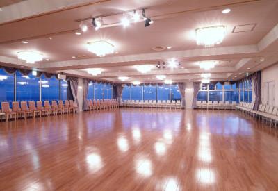 望洋館の最上階にあるダンスホール。津軽海峡を一望できます。