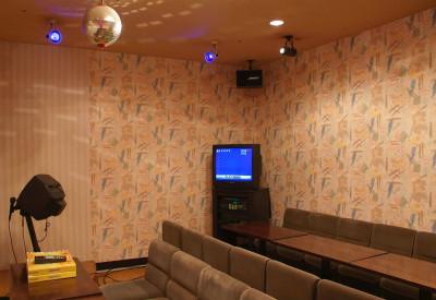 個室のカラオケルーム「歌広場」