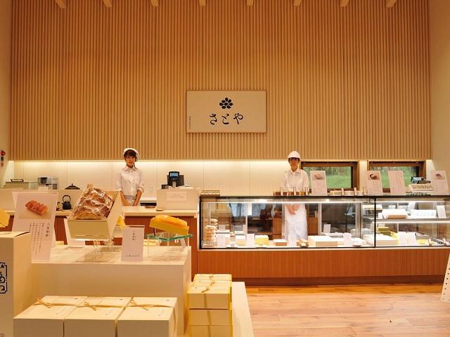 「菓子処 さとや」は日本酒や酒粕など魚沼の恵みを加えたお菓子が並びます