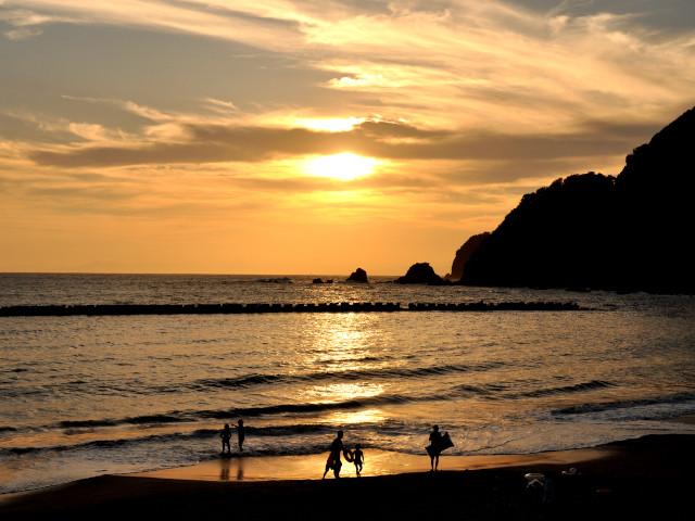 ビーチで望む夕陽は格別