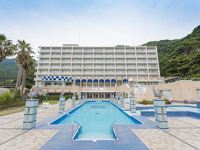 ホテルの目の前にプール、そしてビーチまで目の前です。