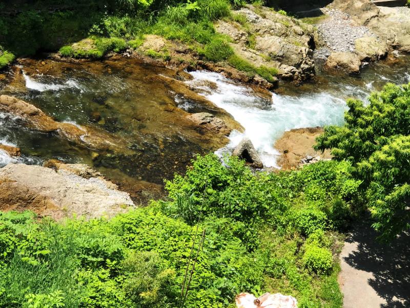 近傍には佐梨川が流れ、心地の良いせせらぎを奏でます